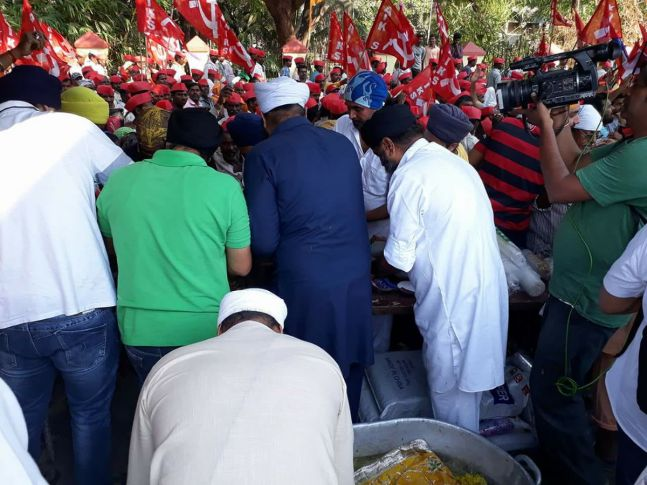 Some Sikh groups distributed food among farmers in Mumbai.