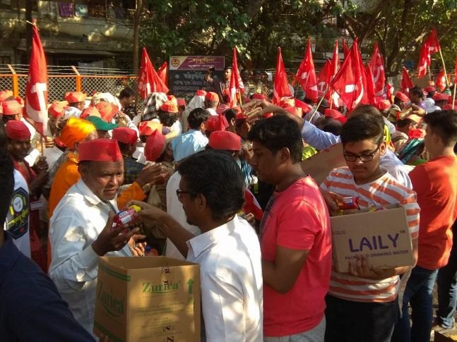 Several organisations and individuals distributed food packets, biscuits and water bottles among the farmers who marched to Mumbai.