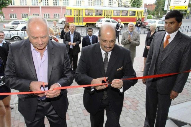 Ajai Malhotra, the then Indian ambassador to Russia, inaugurating a shopping mall owned by United Russia legislator Abhay Singh.