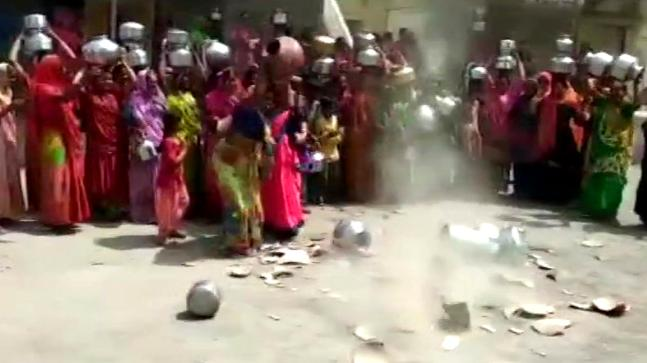 No pani in Rupani's Gujarat: Morbi ladies crush pots in challenge water deficiency