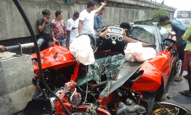 Ferrari Convertible Crashed in Kolkata